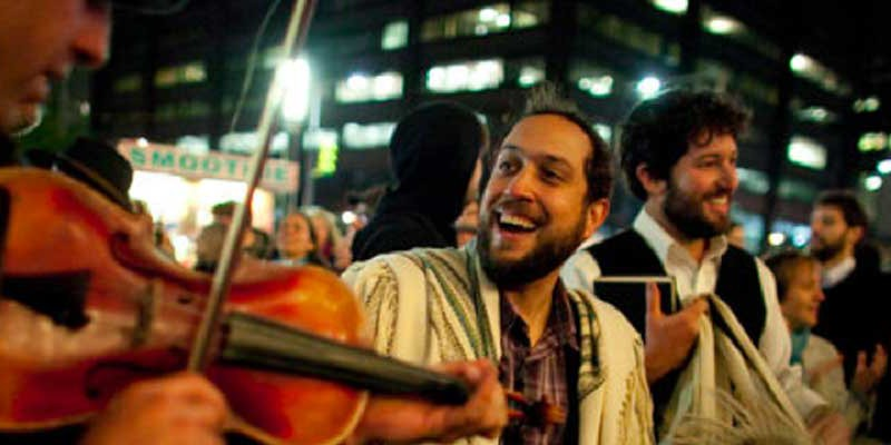 Joey-Leading-Simchat-Torah-at-Occupy-Wall-Street-2011